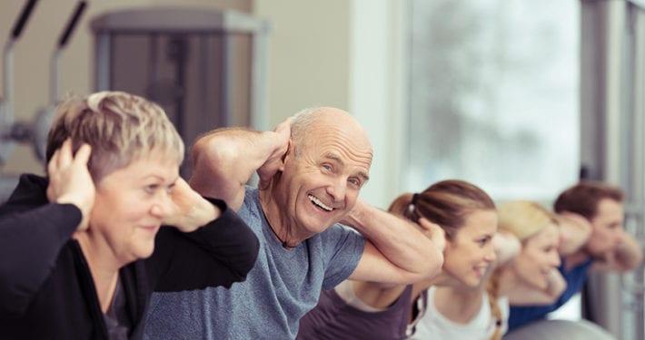 senior macht sport in der gruppe