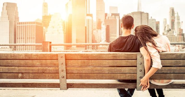 parejas-jovenes-seguros-de-ahorro