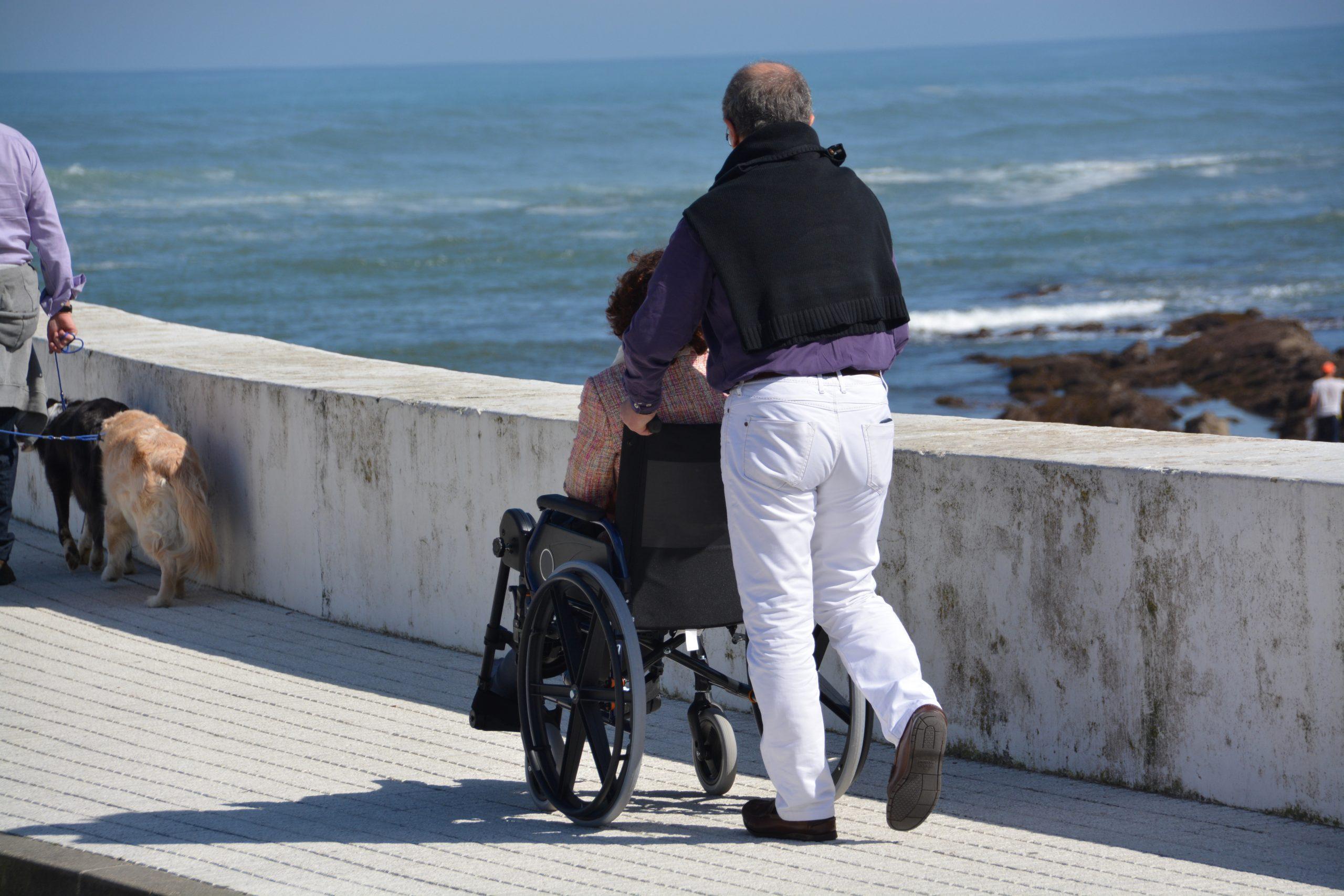 Mujer, mayor de 65 años y residente en Andalucía: el perfil de la persona dependiente en 2030