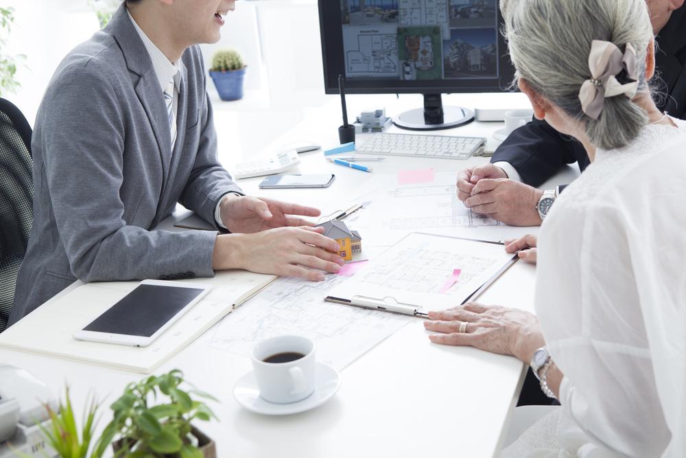 Un asesor explica un plan de pensiones a un matrimonio senior.